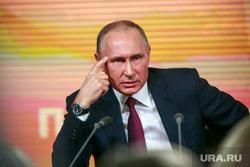 Ежегодная итоговая пресс-конференция президента РФ Владимира Путина. Москва, жест, путин владимир, думать надо, палец у виска