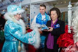 Открытие окружной выставки «Товары земли Югорской». Ханты-Мансийск, дед мороз и снегурочка, комарова получает подарок