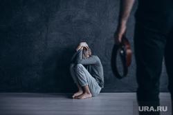 Педофил, детское насилие, показ мод, подиум, модели, педофилия, педофил, детское насилие, ремень в руке, бить ребенка, наказывать ребенка
