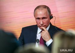 Ежегодная итоговая пресс-конференция президента РФ Владимира Путина. Москва, путин владимир, задумался