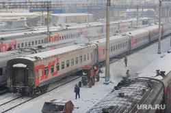 Подготовка поезда дальнего следования к рейсу: проводница в пассажирском вагоне. Екатеринбург, депо, ржд, станция екатеринбург пассажирский, российские железные дороги, пассажирский поезд, железная дорога
