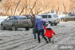 Снег и грязь на дорогах  и во дворах города Курган, пешеходы, снег на дороге, колея