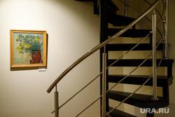 Выставка «Ангелы и другие жители Земли» на открытии музея наивного искусства. Екатеринбург, картина, винтовая лестница