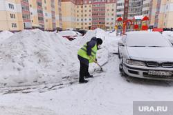 Уборка снега во дворах. Челябинск., дворник