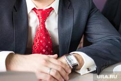 Бизнес-ланч. Нижневартовск, деловой стиль, деловая встреча, галстук, бизнесмен, сделка, наручные часы