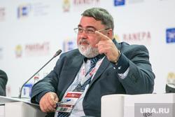 VIII Гайдаровский форум, второй день. Москва, портрет, артемьев игорь, жест рукой