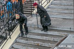 Центральный городской рынок. Курган, пенсионерки, лестница, пожилые женщины, инвалид с палочкой, спуск на рынок