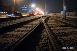 Движение по Макаровскому мосту. Екатеринбург, макаровский мост, ночь, трамвайные пути, автомобили, ночное время, вечер