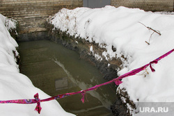 Зеленая лужа Курган, ограждение, жкх, прорыв канализации, яма с водой
