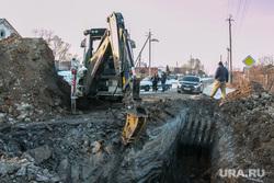 Порыв водопровода. Шумиха, коммунальная авария, дорожная техника, ремонтные работы, трактор