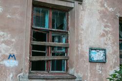 Бездомная семья. Курган, дом под снос, заколоченное окно