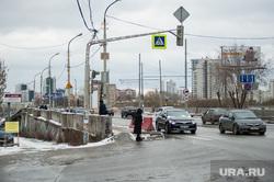 Макаровский мост. Екатеринбург, машины, перекресток, движение, макаровский мост, мост челюскинцев, зима, автомобили