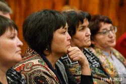 Встреча губернатора Курганской области Алексея Кокорина с учителями Звериноголовской школы, задумчивость, женщины