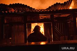 Мариуполь. Мародерство и пожар в поспешно оставленной военными воинской части. Украина, пожарный, пожар, вечер, ночной, огонь