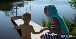 Массовое крещение на Чусовой на станции Полевской, Свердловская область, крещение, ребенок, дети, мать и сын