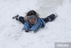 Снег, пурга в городе Курган, снег, зимние забавы, ребенок на горке
