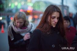 Цветы в память о жертвах терактов в Париже у посольства Франции. Москва, слезы, горе, траур, посольство франции в москве