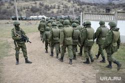 Неопознанные войска в Крыму. Украина. Севастополь, колонна, автоматчик, войска, крым, солдаты, военные, украина, строй