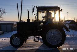 Поселок Новоянгелька. (Агаповский район). Челябинская область, трактор, деревенская жизнь, зима, дорога