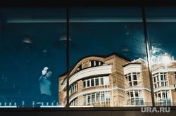 Прохожие на фоне люксовых магазинов. Екатеринбург, уборщица, тихвин, окно, солнце