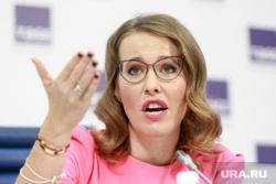 Пресс-конференция Ксении Собчак в ТАСС. Москва, собчак ксения, жест рукой