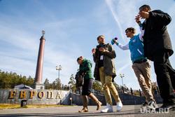 Экскурсии для участников региональной программы XIX Всемирного фестиваля молодежи и студентов. Екатеринбург, иностранцы, всемирный фестиваль молодежи и студентов, молодежный фестиваль, туристы, стела европа азия, граница европа азия, европа