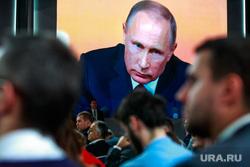 Ежегодная итоговая пресс-конференция президента РФ Владимира Путина. Москва, путин на экране