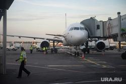 Крым., аэропорт, посадка пассажиров, стоянка самолета