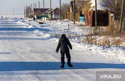 Поселок Новоянгелька. (Агаповский район). Челябинская область, зима, деревня, деревенская жизнь, мальчик на коньках