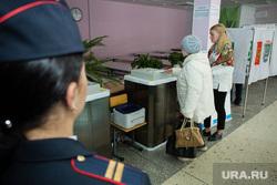 Единый день голосования 10 сентября 2017 года в РФ. Сургут, урна для голосования, избирательный участок, выборы, полиция, голосование, коиб, безопасность на выборах