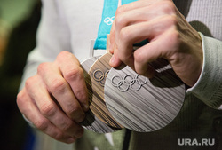 Встреча олимпийских медалистов Дениса Спицова и Александра Большунова в аэропорту. Тюмень, олимпийские медали, бронза, серебро, медали олимпиады