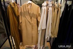 Поступившая в продажу зимняя одежда из новых коллекций екатеринбургских дизайнеров. Екатеринбург, пальто