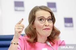 Пресс-конференция Ксении Собчак в ТАСС. Москва, собчак ксения, указательный палец