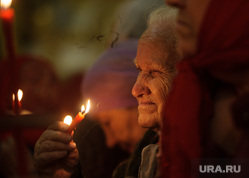 Пасхальная служба в Свято-Троицком кафедральном соборе. Екатеринбург, пенсионерка, свечи, старушка, бабушка, вера, церковная служба, старость, старуха, молитва, свечки, благодатный огонь, богослужене