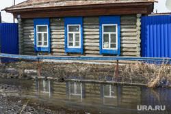 Внеочередное заседание Петуховской городской Думы. Петухово. Курганская область., деревня, окна дома, отражение в воде