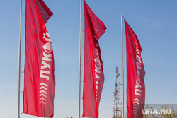 Заправка Лукоил. Нижневартовск., флаги, бензин, заправка, нефть, лукойл