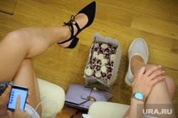 Заседание законодательного собрания Свердловской области перед уходом на летние каникулы. Екатеринбург, ноги, девушки, заседание, дресс код, цветы