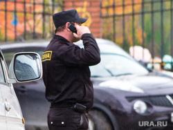 Незаконный дом Нижневартовскстройдеталь. , охранник, говорит по телефону