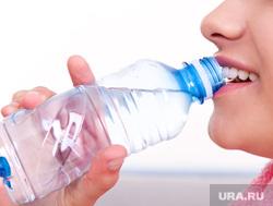 Банкротство, человек пьет, микробы, спички, пытки, скидки, дайджест, питьевая вода, жажда, пить воду, пьющий человек, бутылка воды