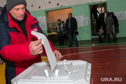 ВЫБОРЫ 2018. Голосование губернатора Курганской области Алексея Кокорина. Шадринск, урна для голосования, избирательный участок, избирательный бюллетень, голосование, избиратель, выборы2018