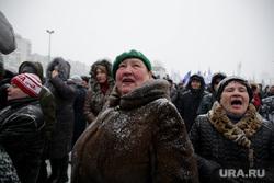Концерт в честь годовщины воссоединения Крыма и Севастополя с Россией. Пермь, толпа, крик, бабки, пение, митинг, женщины, снегопад