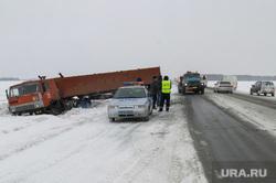 ДТП на трассе зимой. Челябинск, снег, камаз, зима, дтп, трасса, авария, гибдд, кювет, зимняя дорога, гололед, дпс