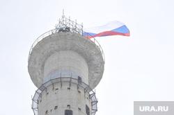 Активисты забрались на телебашню и требуют референдум. Фото с места событий, Екатеринбург, недостроенная телевышка, флаг россии, недостроенная телебашня