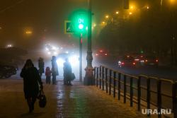Вечерний город. Курган, светофор, уличное освещение, зеленый свет, свет фар, зима, ночной город, ночь