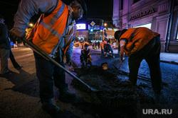 Ночной рейд по ремонту дорог. Екатеринбург, дорожные работы, укладка асфальта, дорожное покрытие, асфальт, ночь, рабочий с лопатой, оранжевые жилеты