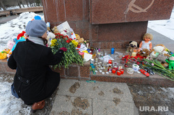 Акция памяти жертв пожара в Кемерове возле памятника Орленку на Алом поле. Челябинск, возложение цветов, цветы, траур, свечи, игрушки, акция памяти