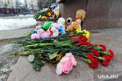 Акция памяти жертв пожара в Кемерове возле памятника Орленку на Алом поле. Челябинск, гвоздики, цветы, траур, свечи, кемерово, игрушки, акция памяти