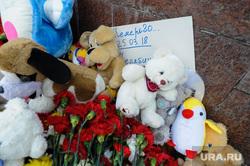 Акция памяти жертв пожара в Кемерове возле памятника Орленку на Алом поле. Челябинск, гвоздики, цветы, траур, кемерово, игрушки