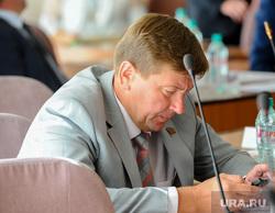 Челябинская городская дума. Депутаты, чебыкин владимир, смотрит в телефон