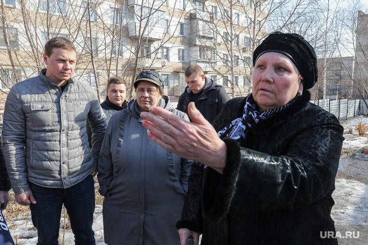 Противостояние жителей дома на Каслинской 17, защищающих детскую площадку, и застройщика. Челябинск, женщина, жест рукой, голощапов максим, жительница дома